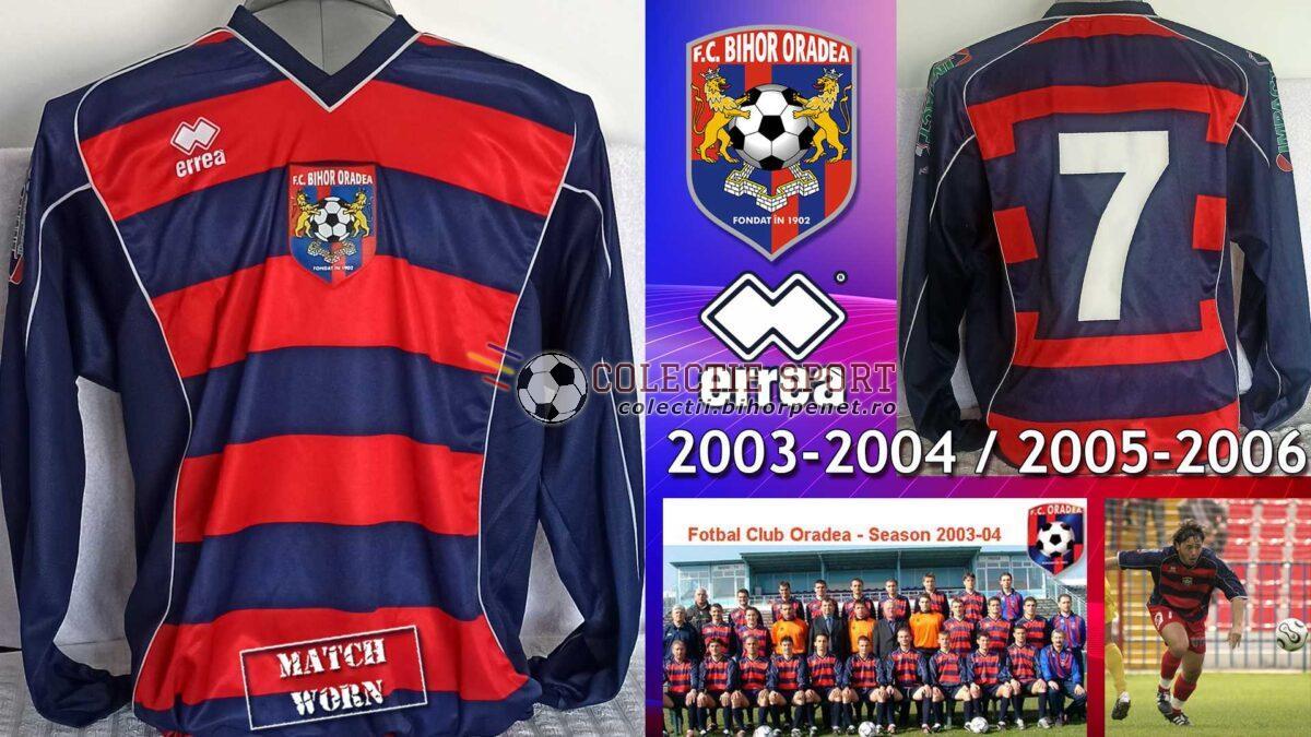 Tricou de joc FC Oradea (2003-2004) / FC Bihor Oradea (2005/2006). În sezonul de Liga 1 2003-2004, echipamentul Errea a fost folosit fără stemă sau alte inscripții. În sezonul de Liga 2 2005-2006 echipamentul a fost inscriptionat cu stema nouă pe piept și cu logo-ul sponsorului pe umeri. Cu acest echipament s-a jucat și la barajul de promovare din iunie 2006. Foto credit: www.fcbihor.ro
